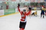Караоке на льду: украинский хоккеист пел после победы своей команды